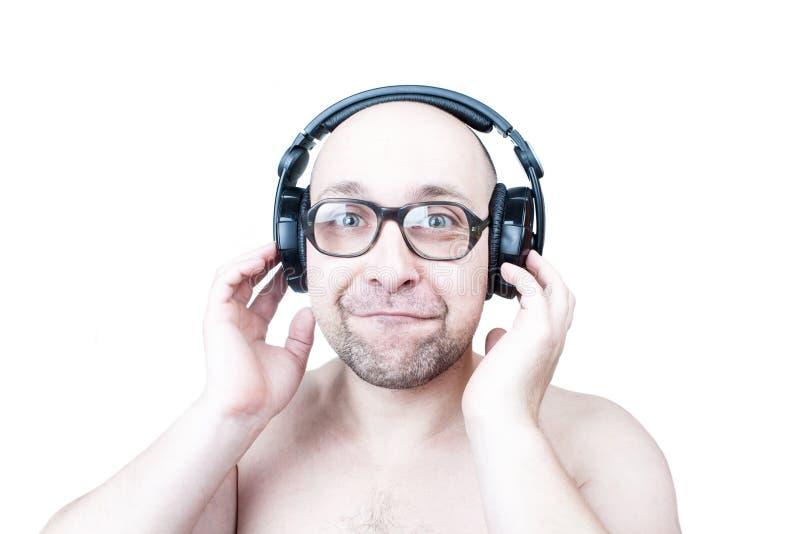 有在白色隔绝的耳机的滑稽的人 库存照片