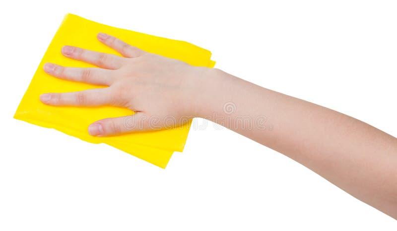 有在白色隔绝的黄色打扫灰尘旧布的手 库存图片