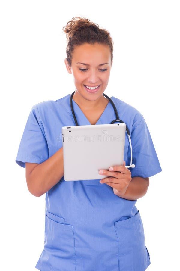 有在白色backg和片剂的年轻医生隔绝的听诊器 免版税库存照片