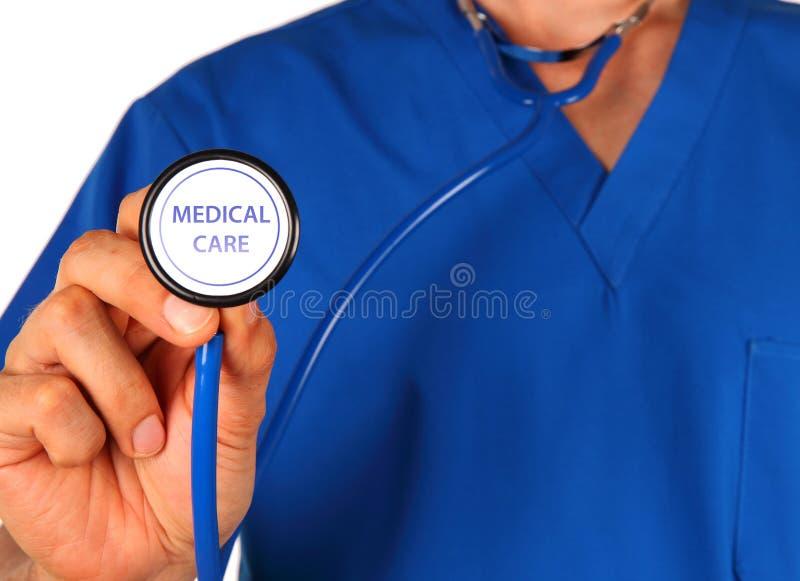有在空白背景查出的听诊器的医生 免版税库存照片