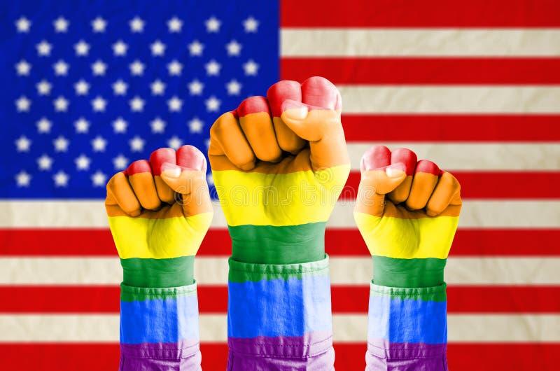 有在美国o的旗子仿造的彩虹旗子的拳头手 图库摄影