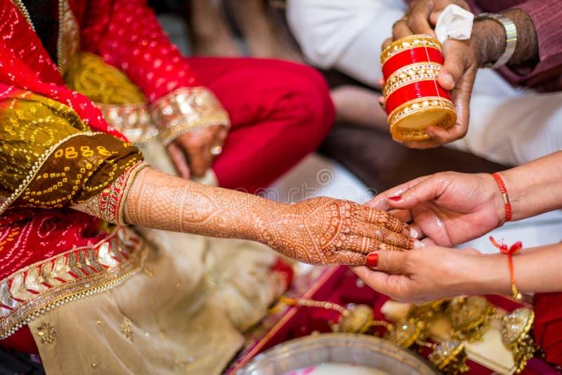 有在胳膊和手绘的无刺指甲花的印地安新娘 免版税库存图片