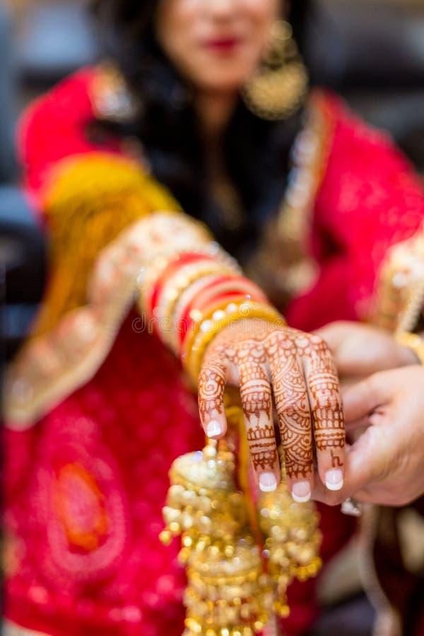 有在胳膊和手绘的无刺指甲花的印地安新娘 免版税库存照片