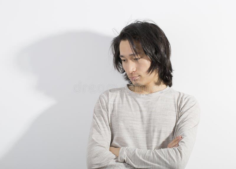 有在被注重的行动的白色背景隔绝的长的头发的人 免版税库存图片