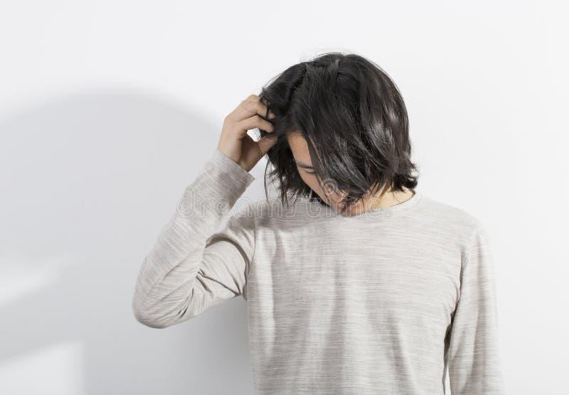 有在被注重的行动的白色背景隔绝的长的头发的人 库存图片