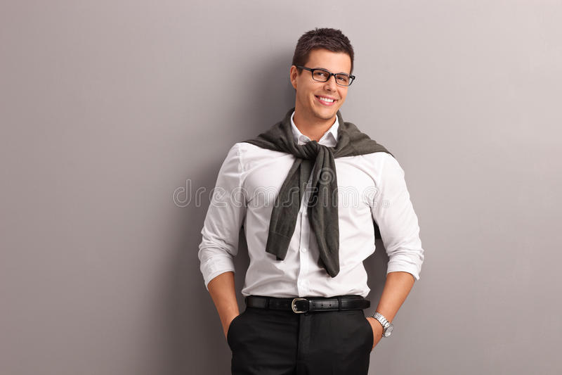 有在他的肩膀栓的他的毛线衣的偶然人 图库摄影