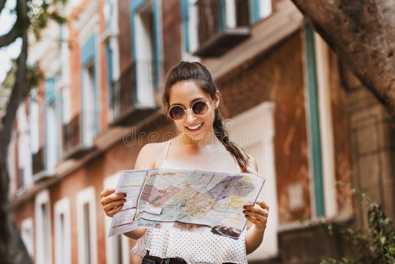 有地图、旅行、休闲、假日在拉美裔和殖民地城市的旅游拉丁女孩在墨西哥 图库摄影