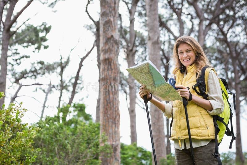 有地图和指南针的妇女 免版税库存照片