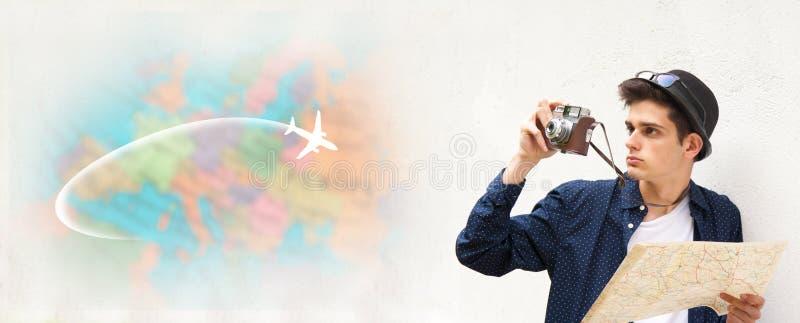 有地图和照相机的年轻旅客 免版税库存图片