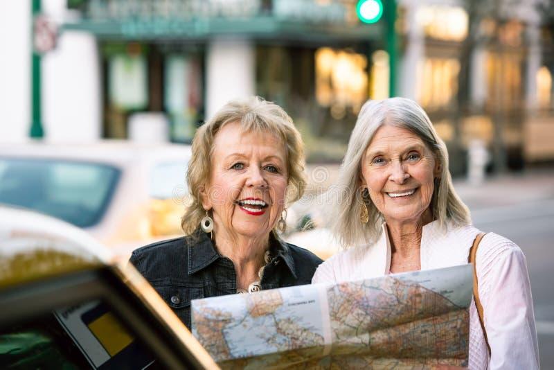 有地图的两名妇女 免版税库存图片