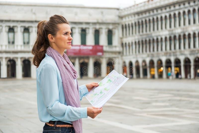 有地图的妇女在广场圣marco在威尼斯 库存图片