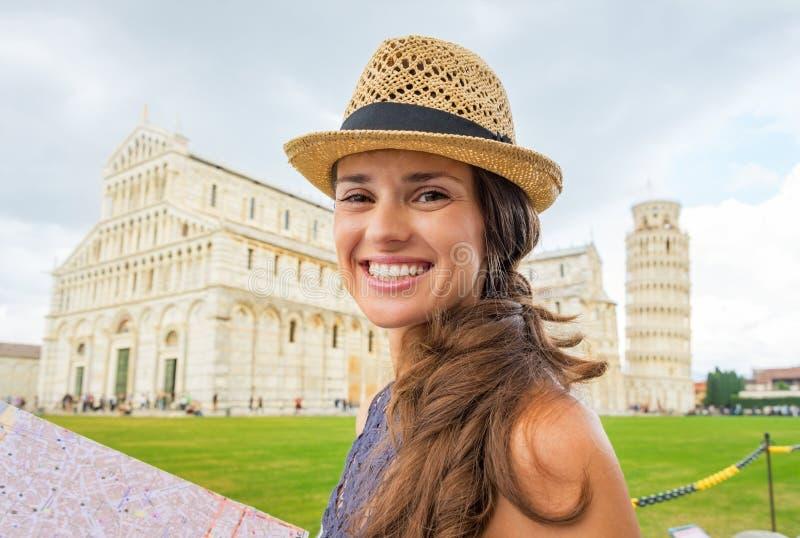 有地图的妇女在广场dei miracoli,比萨 免版税图库摄影