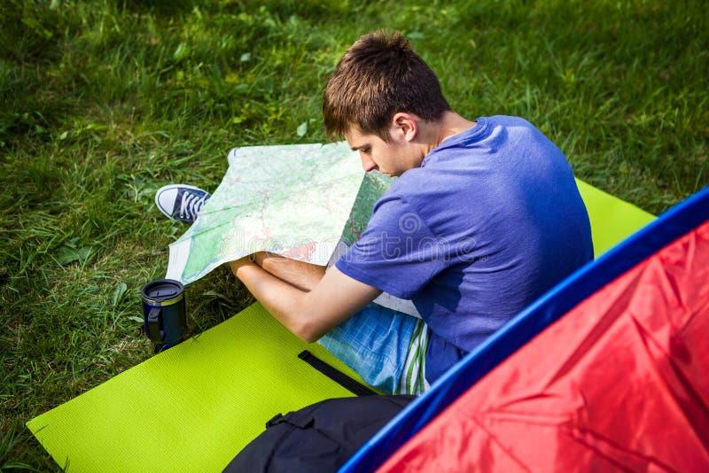 有地图的年轻人 库存图片