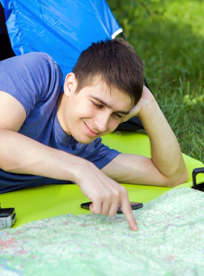 有地图的年轻人 库存照片