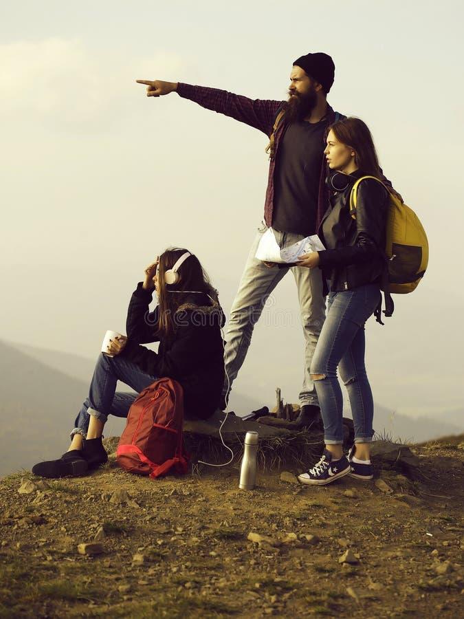 有地图的年轻旅客 免版税库存照片