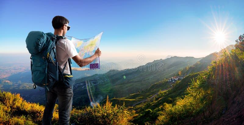 有地图背包放松的旅客室外与山 免版税库存图片