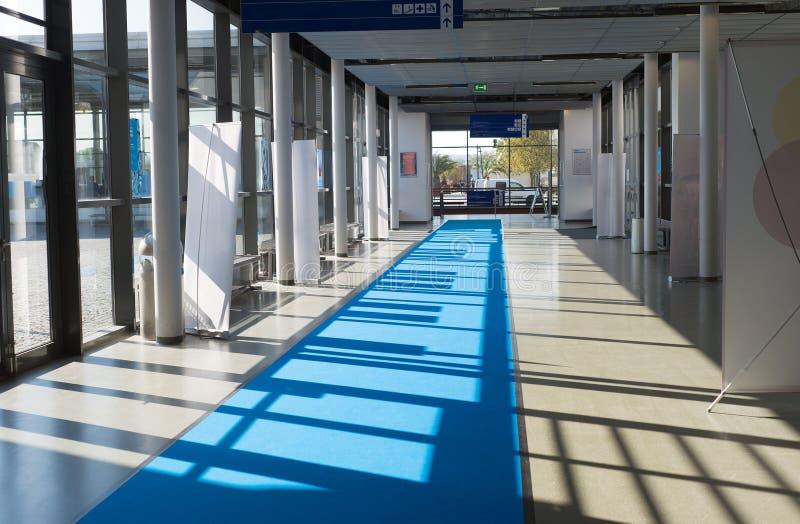 有地毯和太阳窗口的陈列公平的企业商展走廊 库存照片