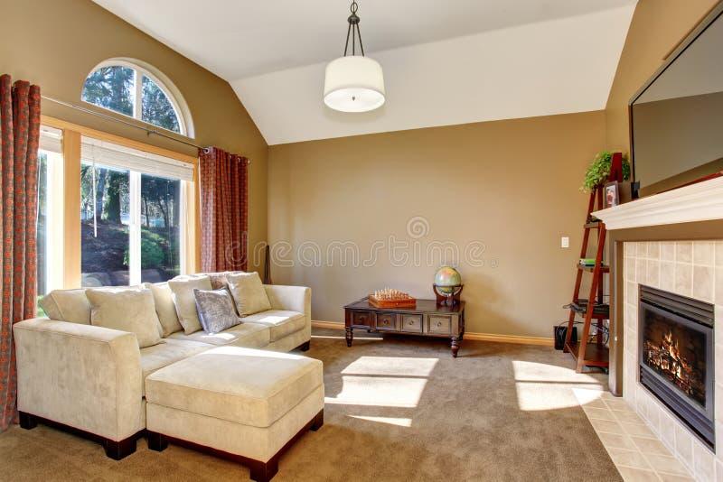 有地毯的完善的家庭客厅和垂悬的轻的fixtur 库存图片