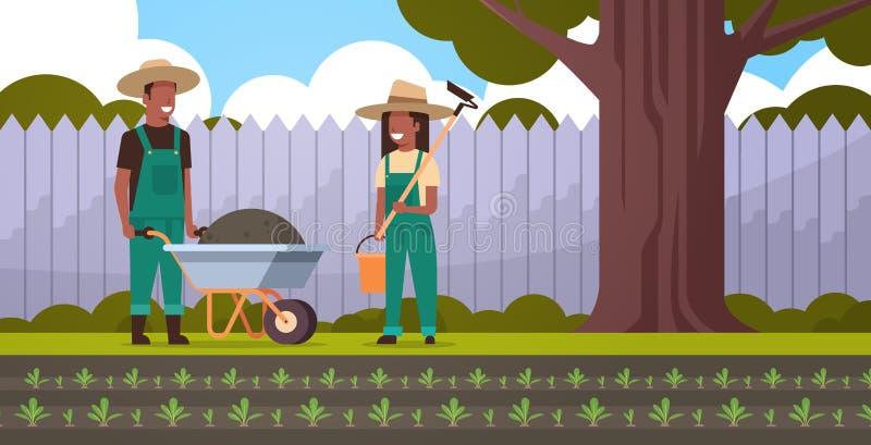 有地球妇女藏品锄和桶非裔美国人的夫妇农夫从事园艺的概念独轮车的花匠人  向量例证
