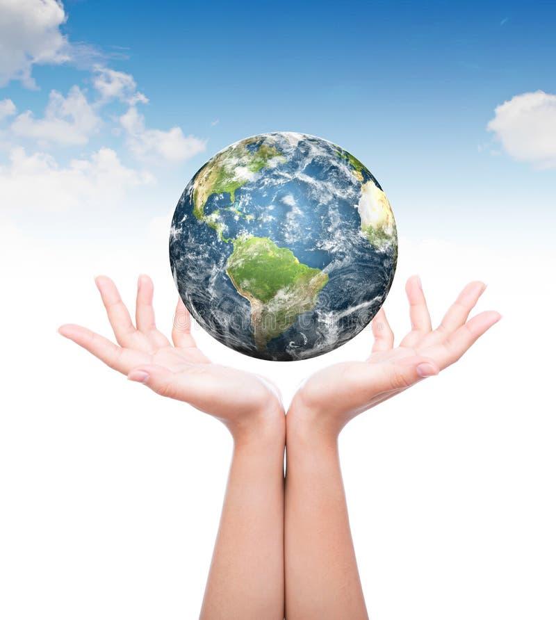 有地球的手 免版税库存照片