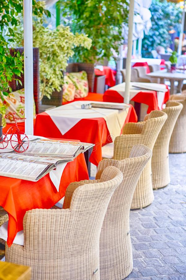 有地道秸杆椅子的经典平静的克里特岛人露天餐馆在表前面 库存照片