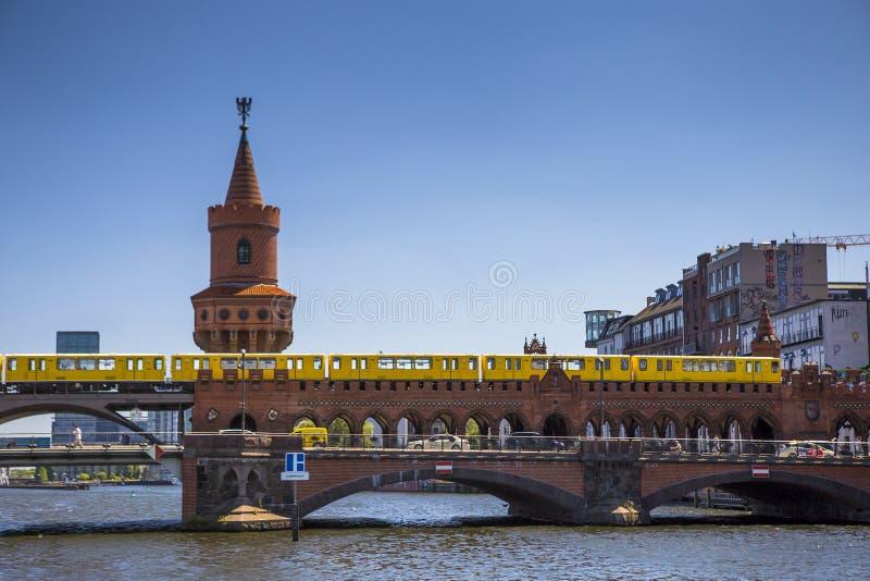 有地铁的在河狂欢,柏林Oberbaum桥梁 免版税库存照片