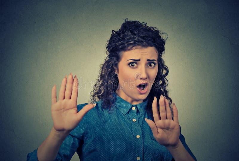 有坏态度的懊恼恼怒的妇女打手势与棕榈向外尖叫的停止 免版税库存照片