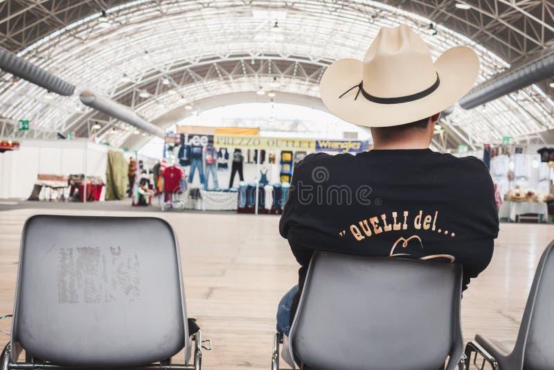 有坐在晃动的牛仔帽的人公园事件在米兰,意大利 免版税库存照片