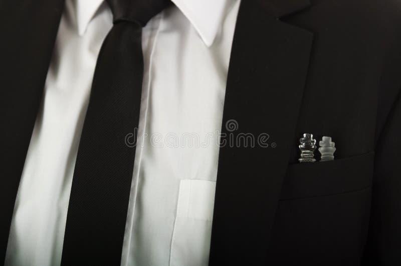 有坐玻璃的棋子里面,白色可看见衬衣和的领带的特写镜头黑衣服夹克胸口口袋 免版税图库摄影