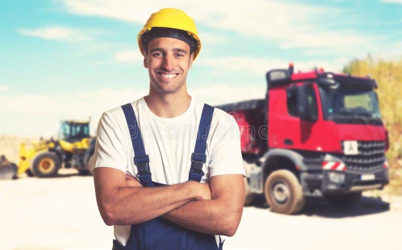有坚强的拉丁美洲的建筑工人的卡车 库存图片