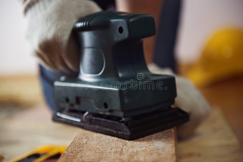 有坚硬机器的工匠 免版税库存图片