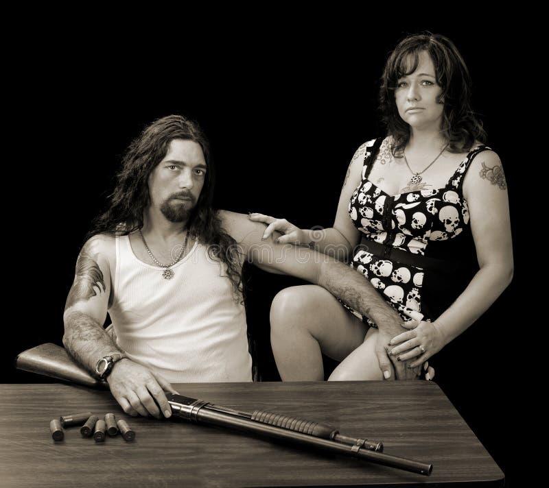 有坚韧性感的妇女和一把猎枪的坚韧性感的人有shellson的 库存照片