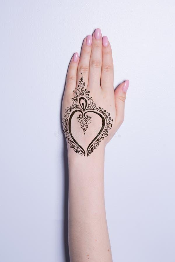 有坛场样式纹身花刺无刺指甲花mehendi的手 库存照片