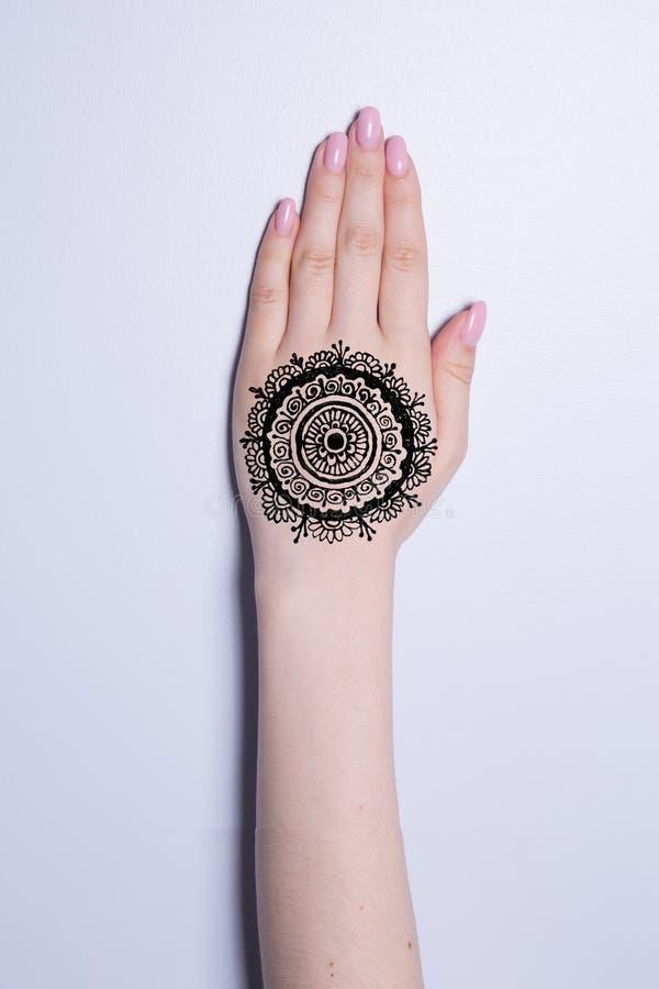 有坛场样式纹身花刺无刺指甲花mehendi的手 免版税图库摄影