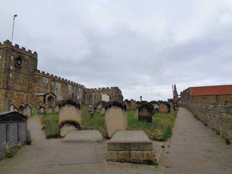 有坟园的一个老教会前面的 库存图片