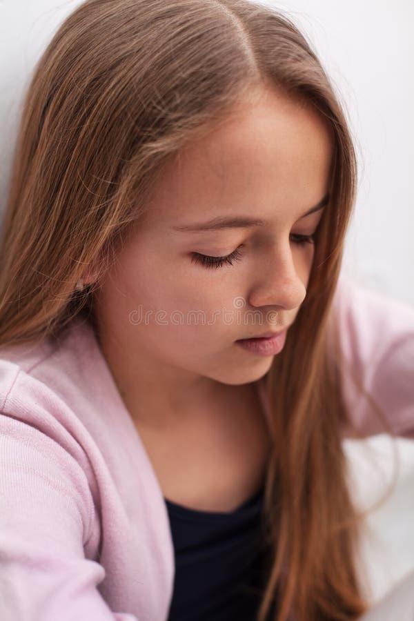 有垂头丧气的眼睛的哀伤的少年女孩-特写镜头画象 图库摄影