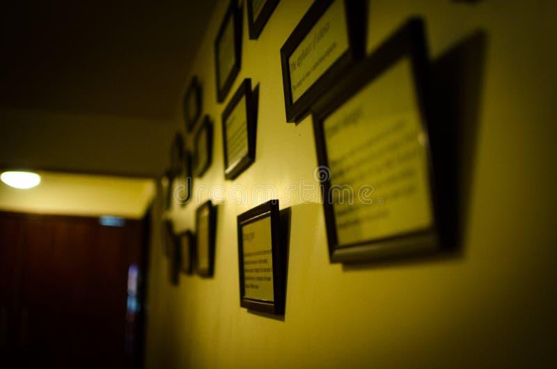 有垂悬对此的许多框架的墙壁 免版税库存图片