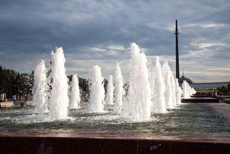 有垂直的水注的喷泉在莫斯科城市公园视域  免版税库存图片