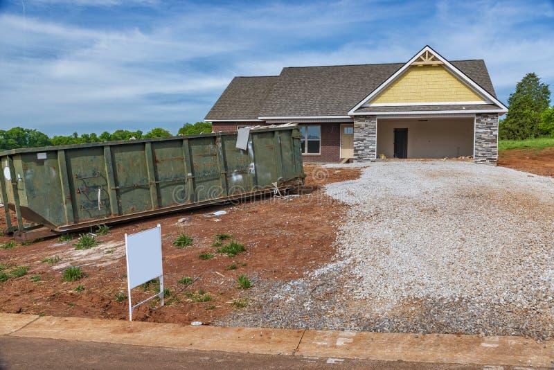有垃圾大型垃圾桶的住宅建设站点 库存照片