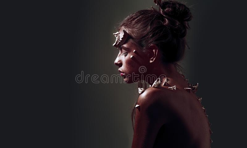有垫铁和刺幻想生物的妇女 神秘的神仙的尾巴字符 恶魔般出现 有刺的女孩  免版税库存图片