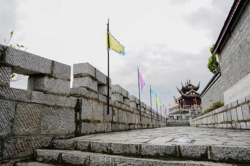 有城垛和旗子的石墙在构造如城堡的gatehou前 免版税库存图片
