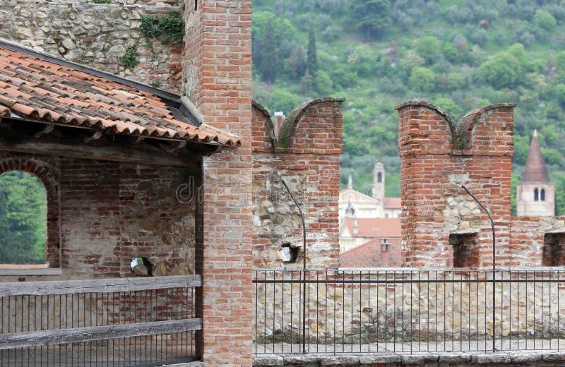 有城垛的古老城堡墙壁庄园的防御的 库存照片