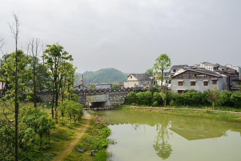 有城垛的高速公路桥梁在青岩镇的双方 免版税库存照片