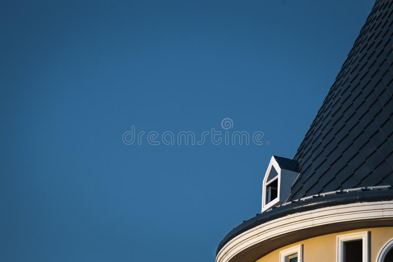 有城堡的有双重斜坡屋顶的房屋的屋顶 库存图片