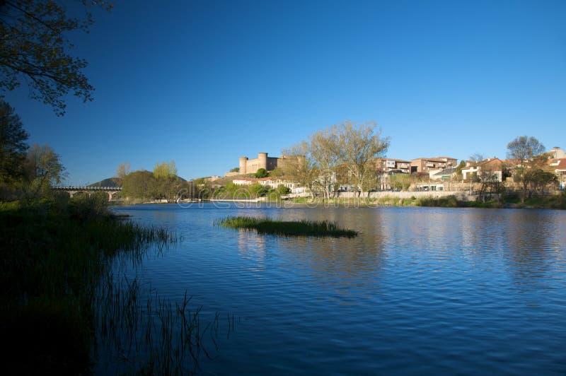 有城堡的Tormes河 免版税库存照片