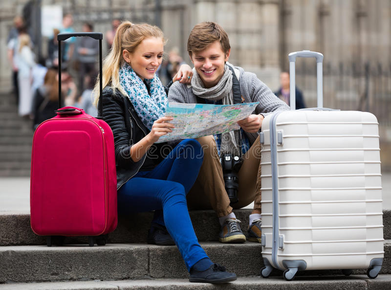 有城市地图的年轻旅行家在街道 图库摄影