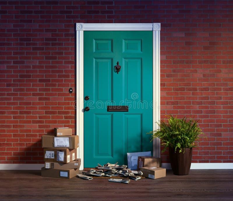 有堆的住宅大门被交付的箱子和报纸;所有者不在家 免版税库存照片