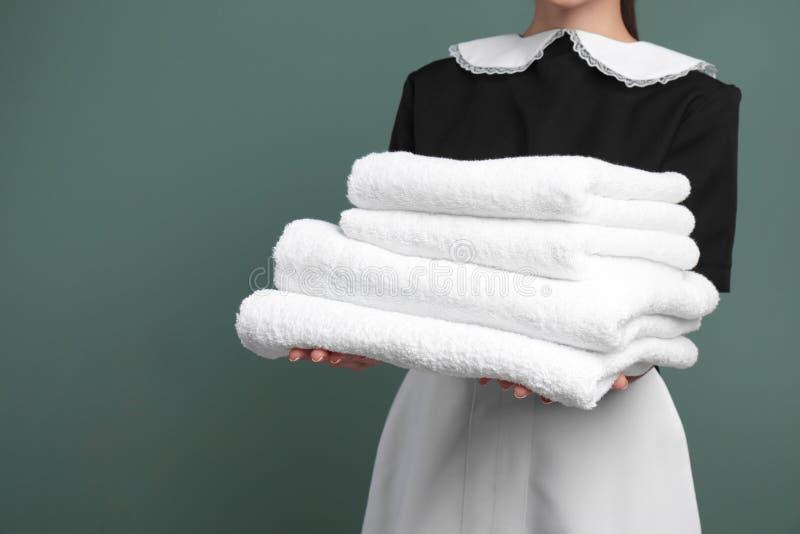 有堆的年轻女服务生清洁毛巾 库存照片