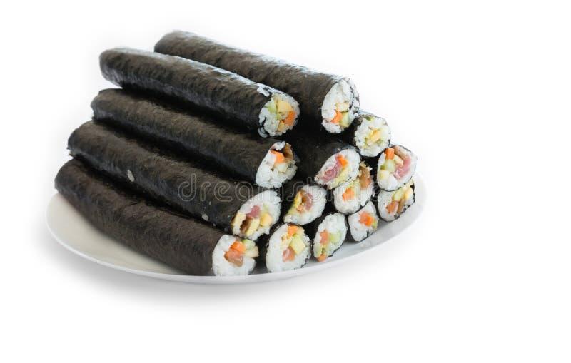 有堆的板材寿司新maki卷,隔绝在白色 库存图片