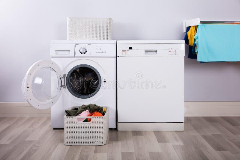 有堆的空的洗衣机肮脏的衣裳 库存图片